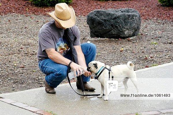 Wasser Tag eingießen einschenken Wärme Hund Inhaber Flasche