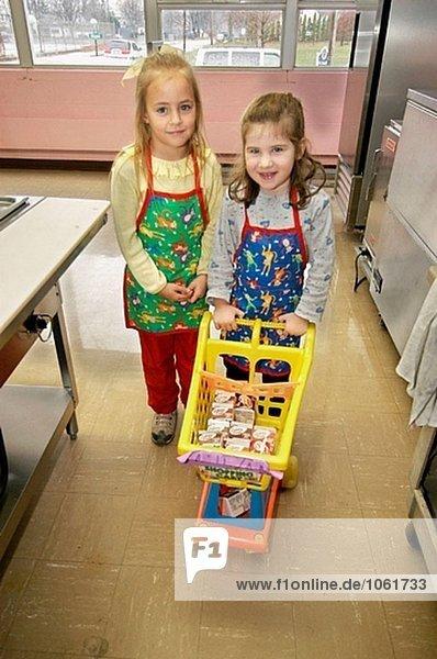Kindergarten Studenten immer Milch von Kantine. Katholische Schule
