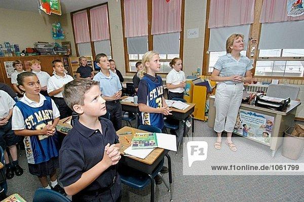 Lehrer in der religiösen Klasse Ausbildung in eine katholische Grundschule