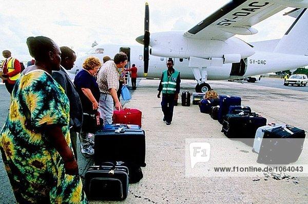 Überprüfen Gepäck am Flughafen. Nairobi. Kenia