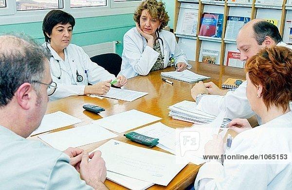 Ärzte in Ausbildung Sitzung im Krankenhaus