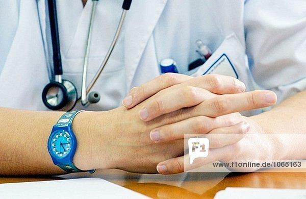 Ärztin am Ausbildungstreffen im Krankenhaus