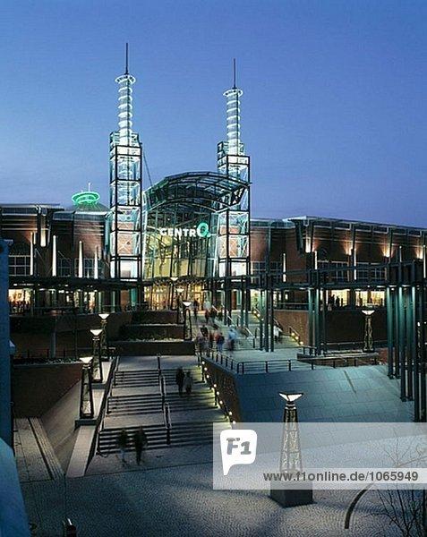 Deutschland  Oberhausen-Neue Mitte  Ruhrgebiet  Nordrhein-Westfalen  CentrO  shopping Mall  Freizeitzentrum  Haupteingang  Nacht  beleuchtet