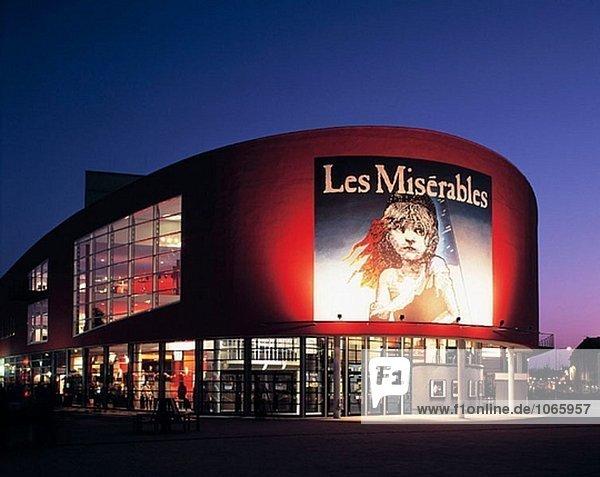 Deutschland  Duisburg  Ruhr Gebiet  Nordrhein-Westfalen  Musiktheater  Les Miserables  Nacht  beleuchtet