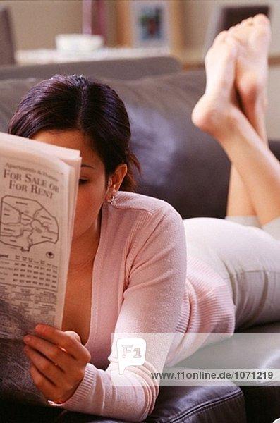 Frau auf der Couch lesen ein Papier