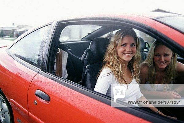 Jugendliche in einem roten Auto