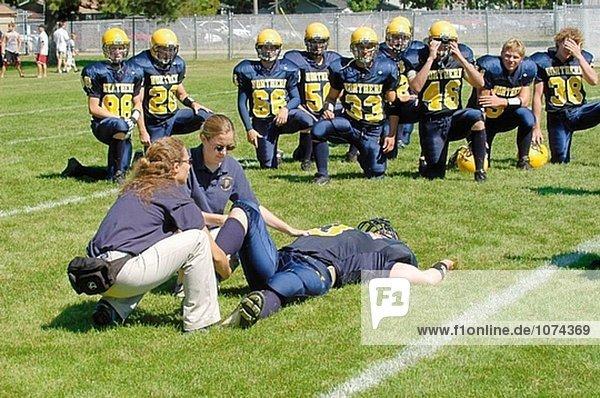 Medizinisches Personal tendenziell Verletzung während der Fußball-Spiel