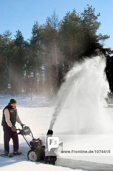 Frau Schneeräumung Eigenschaft mit Schneefräse
