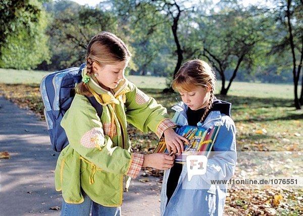 Zwei Mädchen mit Bleistifte