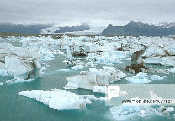 Eisberge und Lava am Jökulsárlón  Gletscher Lagune. Island