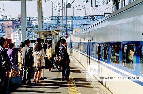 Das Shin Kan Sen express-Zug am Bahnhof. Hiroshima. Japan