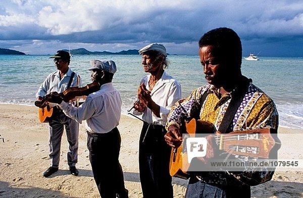 Hochzeit gefeiert am Achipiel Hotel Strand mit lokalen Musikern. Auf die Insel Praslin. Seychellen