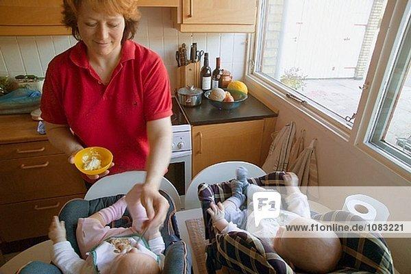 Mutter Fütterung Babys an Vallensbæk. Sjaeland. Dänemark
