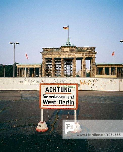 Warnung Zeichen vor der Mauer und dem Brandenburger Tor  1986. Berlin. Deutschland Warnung Zeichen vor der Mauer und dem Brandenburger Tor, 1986. Berlin. Deutschland