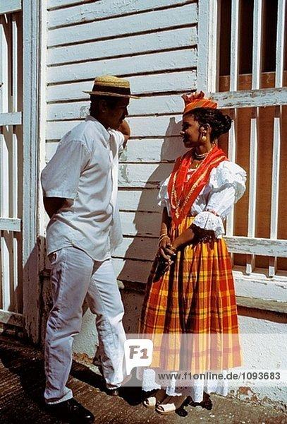 Mann und Frau gekleidet mit traditioneller Kleidung. Martinique (französische Département D´outre Mer - DOM). Französische Antillen. Frankreich. Karibik