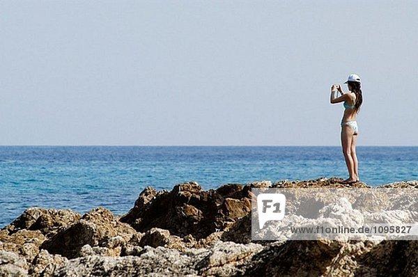 Frau aufnehmen von Bildern in Cala Ratjada Küste  Capdepera. Mallorca. Balearen. Spanien