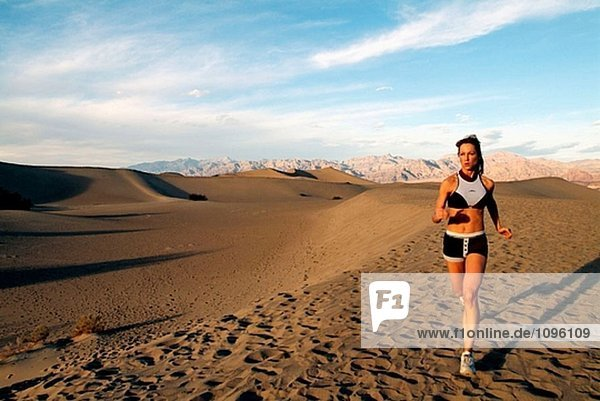 Junge Frau mit Sanddünen in Death Valley  Kalifornien. USA