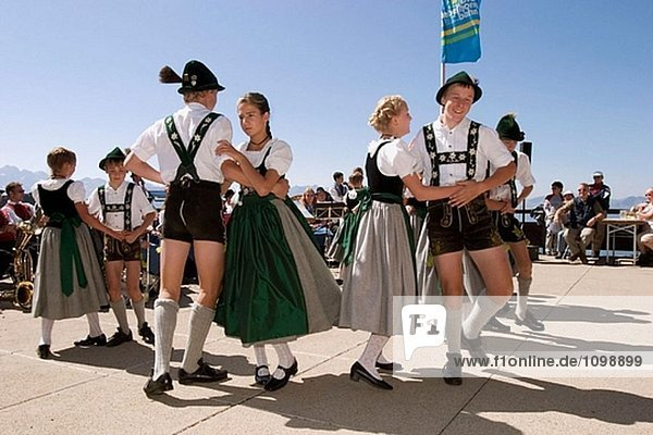 Traditionelles fest auf Nebelhorn Berg  Oberstdorfer Kinderplattler  Allgäu  Bayern  Deutschland