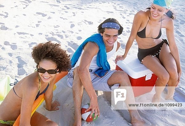 Junge Leute sitzen am Strand