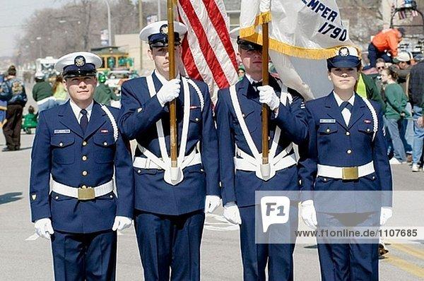 United States Coast Guard marschiert in St. Patrick´s Parade.