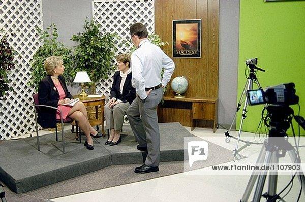 High-School-TV Produktion Klasse produziert Interview von Pädagogen auf lokalen Kabelnetz ausgestrahlt wurde.