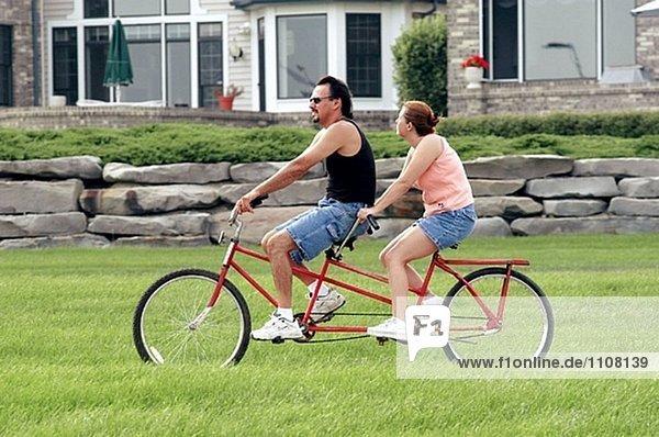Paar fahren ein Tandem-Fahrrad