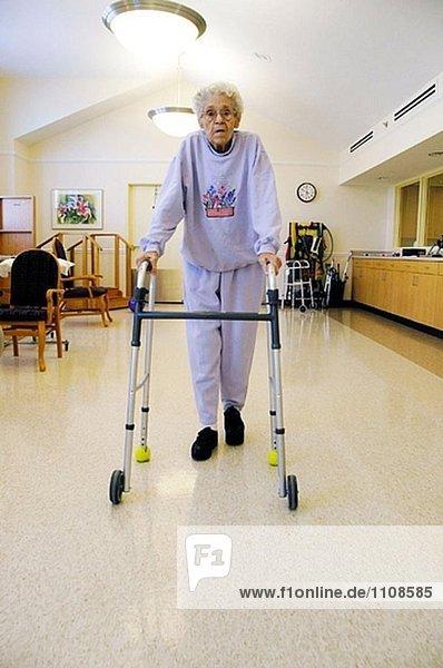 Senior Männer und Frauen gehen durch medizinische Rehabilitation nach Alter leiden im Zusammenhang mit Verletzungen und Krankheiten