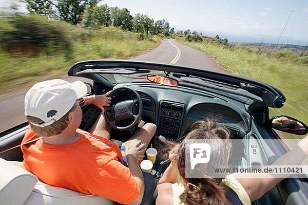 Paar fahren in ein Cabrio in Kauai. USA