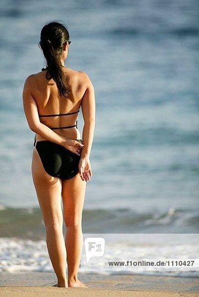 Frau stehend auf einem Strand in Kauai. USA