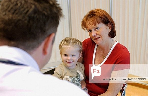 Mutter und Tochter auf die pediatrist