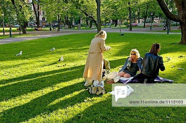 Frauen in einem öffentlichen Park. Helsinki. Finnland