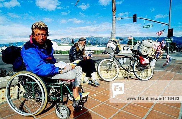 Zwei Obdachlosen gute Freunde. Der Strand in Santa Barbara. Kalifornien. USA.