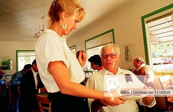 Milliardär Jean-Jules Moreau  Gärtner der Sterne  dem seine Frühstück in Montecito Apotheke. Montecito. Santa Barbara. Kalifornien. USA.
