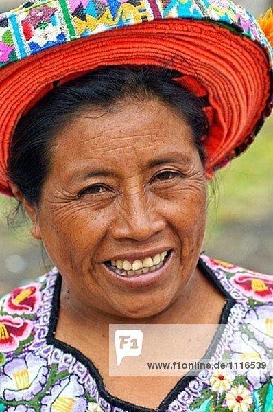 Porträt von Frauen tragen die traditionelle ´tocoyal´ umständlich Hairdress. Traditionelle kleine Stadt von Santiago Atitlan auf Lake Atitlan. Meist bevölkert mit Tzutuhil und Cackchiquels Indianer. Guatemala