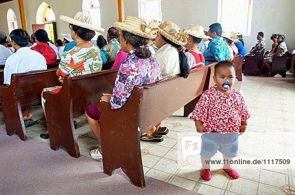 Sonntag Durcheinander in Vaitape Kirche. Bora-Bora Island. Französisch-Polynesien. Südpazifik.
