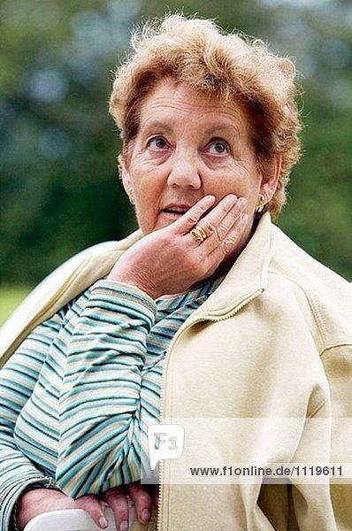 70 Jahre ausgemustert alte Frau.