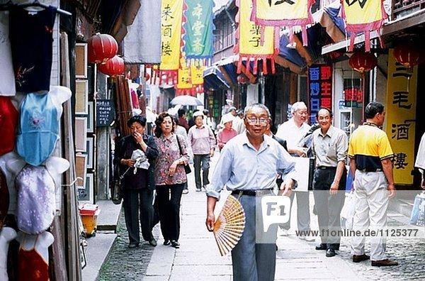 China. Shnaghai. Ton Li Städtchen  Menschen auf der Straße