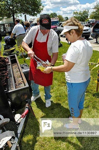 Hot Dog Hot Dogs geben Picknick Vorbereitung groß großes großer große großen Außenaufnahme Hamburger Grill Türkei