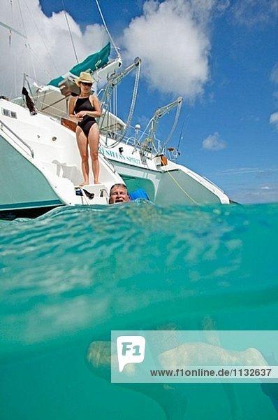 Hinter ein Katamaran schwimmen. Antigua