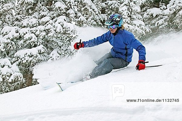 Frau Skifahren in Taos  New Mexico. USA