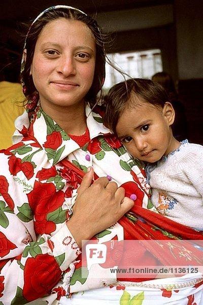 Roma (Zigeuner)-Frau und Kind. Iasi. Rumänien.