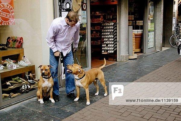 Mann mit Hund im Einkaufszentrum zu diskutieren.
