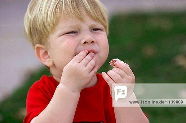 Kleinkind eating cookie