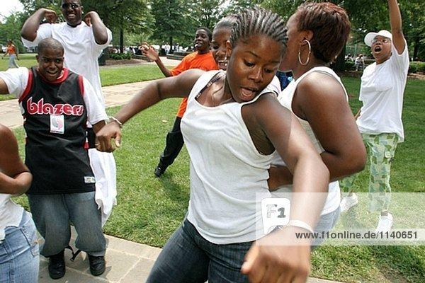 Juneteenth Feier  Kelly Ingram Park  schwarze weibliche Teenager  tanzen. Birmingham  Alabama. USA.