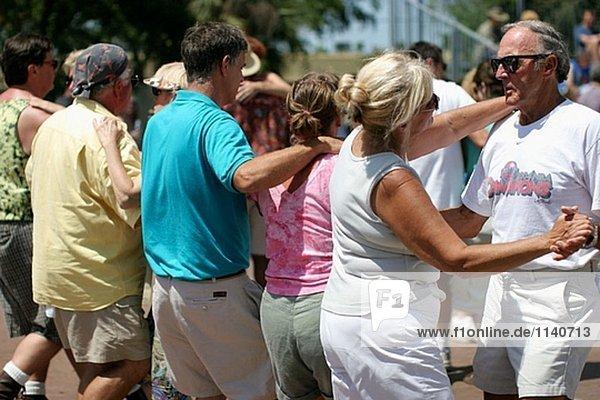 Paare tanzen Cajun/Zydeco Festival. Stille Wasser Park  Deerfield Beach. Florida  USA