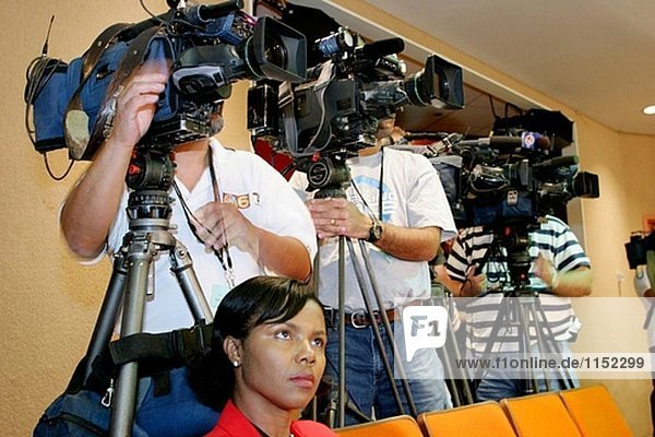 Fernsehkameras,  schwarz Reporterin. Besprechung,  diskutieren Sie Schule Closings. Board Of Education,  Miami. Florida. USA.