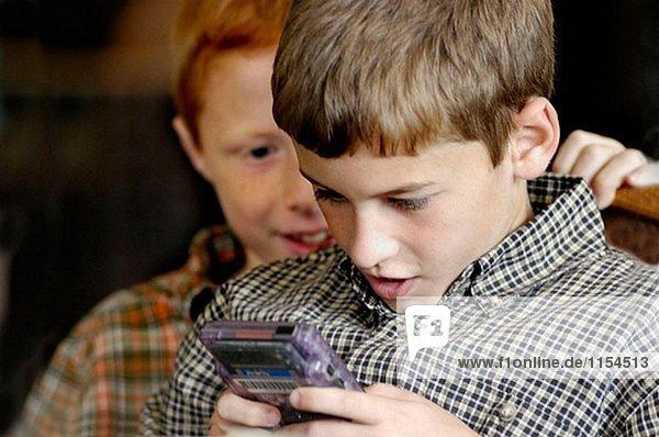 Kinder in der gleichen Familie zusammen zu spielen bei Familientreffen
