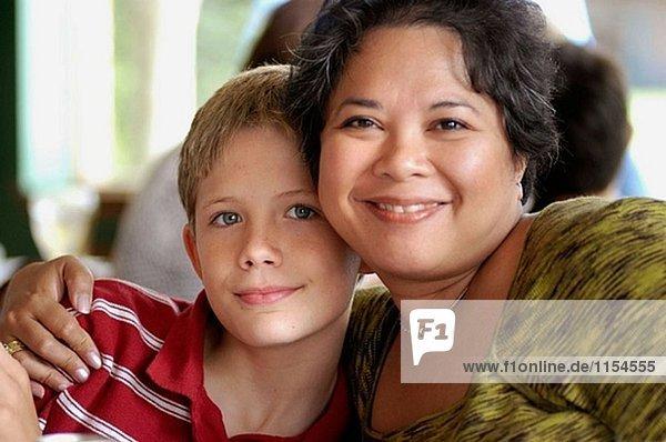 Frau mit Sohn bei Familientreffen