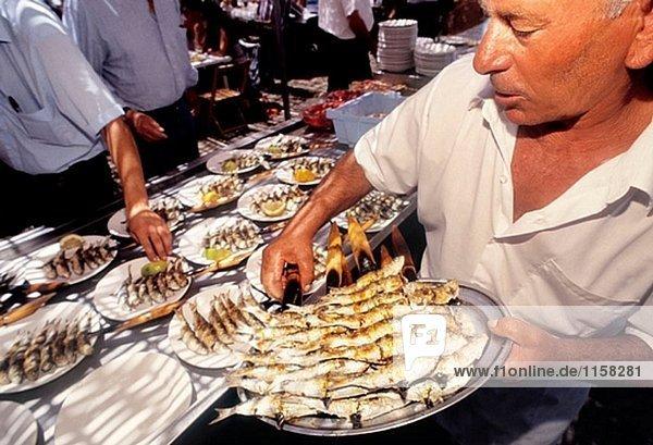 Essen: ´Espeto de Sardinas´ (gegrillte Sardinen) in El Tintero Restaurant am Strand von Malaga. Málaga. Andalusien. Spanien.