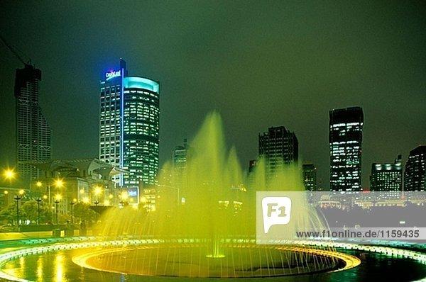 Um People´s Square  Renmin Square  Nacht. Region Jiangsu. Shanghai. China.